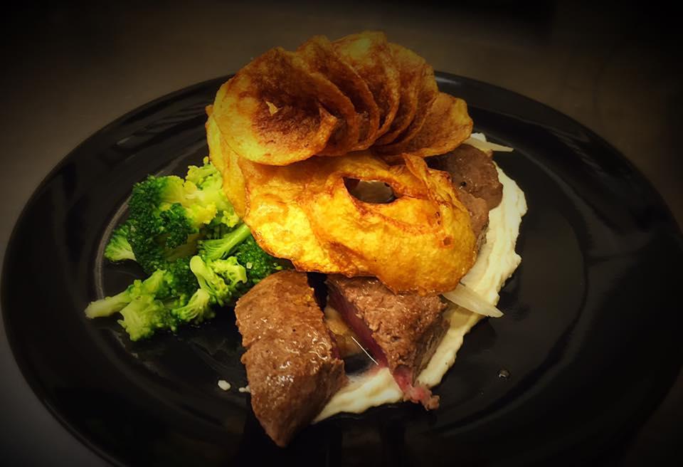 tataki d'agneai chips torsadés brocolis en vinaigrette et creme de manchego